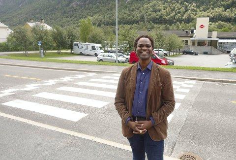 NY JOBB PÅ NAV:: -  Jeg har god forståelse for kulturer og kommunikasjon, noe jeg tror hjelper meg til å forstå og hjelpe andre, sier Munir Adam Bahr . Her foran kontoret til NAV Tinn..