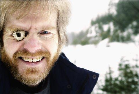 Gull: Hobbygeolog Tor Kristiansen fant blåskjell  på toppen av Piggåsen i Fet i 2003. Forskere hoppet i taket av glede den gang. Bildet er fra 2003. Foto: Lisbeth Andresen