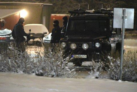 AKSJONERTE: Bevæpnet politi ransaket fredag kveld boligen til den siktede mannen i 40-åra. Naboene er evakuert. FOTO: VIDAR SANDNES