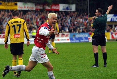 UT: Den tidligere LSK-spilleren Kenneth Giske jubler etter å ha satt inn det fjerde målet for Bryne mot LSK i semifinalen i 2001. Espen Søgård (nr. 17) må konstatere at cupfinaledrømmen røk.