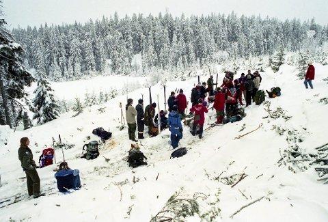 Unge naturvernere ved hogstfeltet i Skotjernfjell. Her ble det aksjonert i flere omganger og allmenningen stanset alltid hogsten når det var folk i området for ikke å skade aksjonistene. Foto: Tom Gustavsen