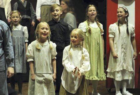 Spente: Hermine Marie Torgersen og Kamille Bergum gleder seg til uteteater.