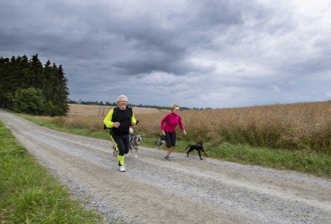 MORGENFUGLER: To ganger i uka, klokka 06.30, møter Tom Halvorsen fysioterapeut Elisabeth Udnes Weng for å løpe. – Har aldri vært i bedre form, sier mannen som har løpt fra kols. Foto: Vidar Sandnes
