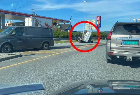 LØPSK HENGER: Ifølge politiet har hengeren fått en eller annen sleng og vridd seg løs fra hengerfestet på bilen.