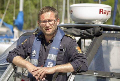 IKKE BEKYMRET: Kurt Springer ved lensmannskontoret i Røyken og Hurum mener det blir enklere for politiet med samme regelverk for småbåter og vannskutere. Vannskuterforskriften ble opphevet 18. mai.