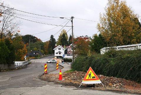 RETTES: Kantene og grøftene rettes opp flere steder, som her i krysset ved Røykensenteret.