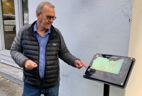 NYE: Røyken historielag har laget skilt langs oldtidsveien med mye nyttig informasjon. Her viser Arne Edvard Torvbråten fram skiltet ved Portnerstua i Slemmestad.