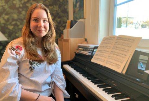 SPENT: Amanda Schmidiger Hansen (18) fra Røyken er spent på om hun blir en av årets heldige Drømmestipendvinnere. - Men jeg blir ikke skuffet om jeg ikke når opp i år, sier hun.