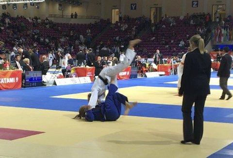 Kast: Helene Eek Gerhardsen får inn et godt kast på motstanderen. Begge foto: SSK Judo