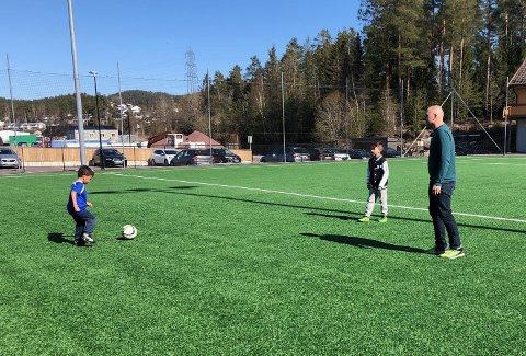 PÅ LERSBRYGGA: Pappa Erling Ødegård på fotballbanen sammen med sine sønner Nicolai (5) og Alexander (8).