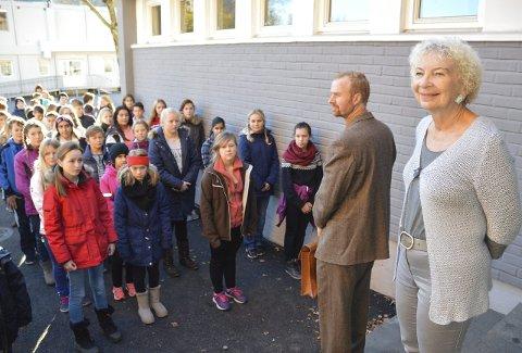 Oppstilling: Elevene ved 4.–7. trinn stilte opp i skolegården etter storefri. Lærer Eldar Kyrkjebø, i tidsriktig antrekk, ledet an da elevene sang «Da klokka klang». Frøken Magnhild Fossum fulgte stolt med.