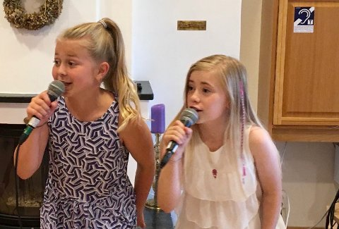 OPPTRER: Camilla Berget (t.v) og Jenny Marie Viik er blant Vesta-elevene som skal synge på biblioteket onsdag.