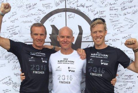 I MÅL: Roar Fjeldbo, Bjørn Tveitan og Alf Petter Halle med «finisher-trøyene» som et bevis på gjennomførte Norseman-tirathlon. FOTO: PRIVAT