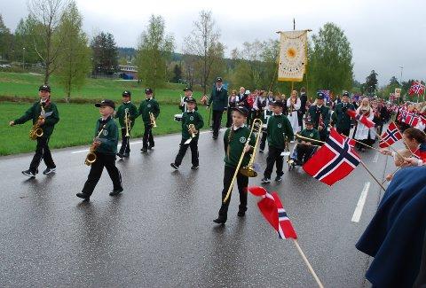 NORSK HJELP: Takket være ny giv i Andebu skolers musikkorps, spilte også unge og lokale musikanter i togene i år.