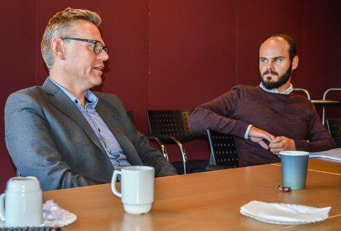 INNKALT:  Vi er enige om veldig mye, men det er også ting vi ser svært ulikt på, sa konstituert rådmann Lars Petter Kjær (t.v.) til kontrollutvalget tirsdag, her sammen med nestleder Erlend Hem (Ap). På møtet ble det opplyst at det blir oppklaringsmøte på rådhuset 19. september.