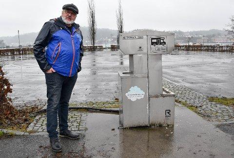 TRIST: Børre Karlsrud er ikke fornøyd med at det er manglende vedlikehold ved bobilparkeringa.