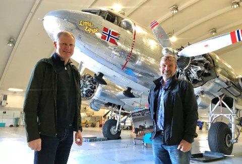 TIDSRIKTIG: Erlend Larsen (til venstre) ogJan Helge Kaiser har produsert ni filmsnutter om den kalde krigen. Her er de på Torp med Dakotaen som kulisse.
