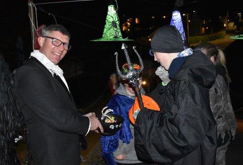 INGEN FEIRING: Steinar Unset Jørgensen har lagd stor Halloween fest hjemme privat i mange år. På grunn av smitterisiko så blir festen avlyst i år. Bildet er fra i fjor.