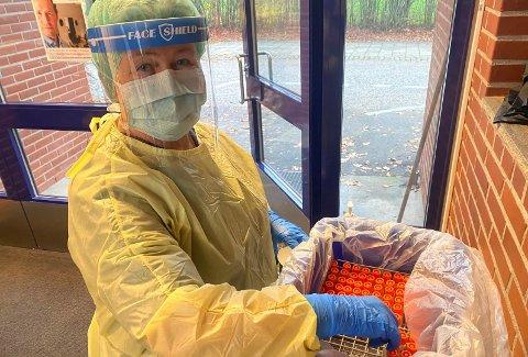 FLINKE: Helsesykepleier Nina Dahl ved Bugården testsenter har nok å gjøre til tross for at politiet ikke har opplevd mange brudd på karantenereglene.