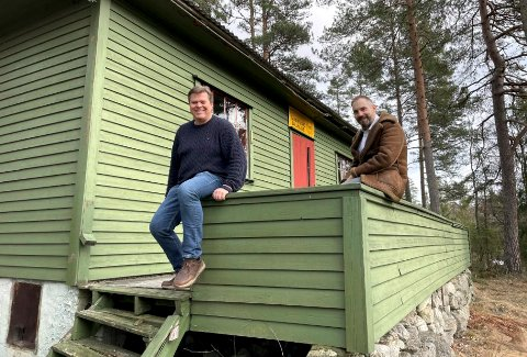 TIL SALGS: Morten Gran (t.v.) i Sandefjord Ballklubb og Thomas Otterbech i Aktiv Eiendomsmegling er spente på responsen på denne gamle hytta i Hedrum.