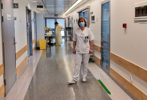 PÅ JOBB: Intensivsykepleier Kari Anne Mikkelsen er koronavaksinert. – Vi har med egne øyne sett hva den sykdommen gjør. Dette er virkelig de lungemessig sykeste jeg har sett, sier hun. Bak gjør intensivsykepleier Henriette Matsen seg klar til å gå inn i en kohort.