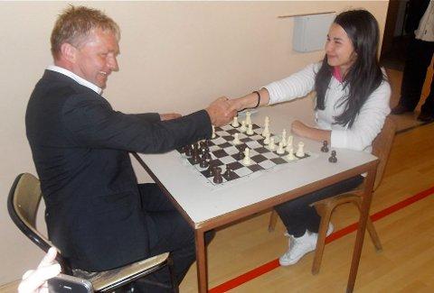 ØNSKER REVANSJ: Varaordfører Pål Morten Borgli måtte gi tapt for 15 år gamle Sara Jacimovic fra Brod i Bosnia tidligere i høst. Jacimovic er invitert til Sandnes til Norwegian Chess til neste år, og varaordføreren ønsker da revansj.