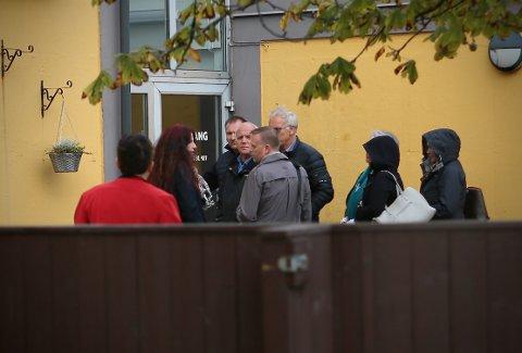 Her får styreleder Morten Malmin (i grå jakke) i FNB beskjed om at han er uønsket på møtet mellom de kommende bystyrerepresentantene i FNB Sandnes. Malmin sier hendelsen på trappen og søndagens hendelser, vil få etterspill.