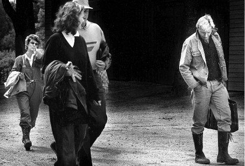 IKKE GREIT: Under det høyst private rojale besøket i Hafslundparken i 1987, klarte ikke undertegnede å la kameraet ligge. Det likte vår nåværende dronning dårlig. Noe fingeren indikerer. Kongen, Märtha Louise og Øystein Kock Johansen. var også med i følget.
