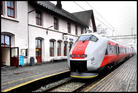 BEKYMRET: Sarpsborg næringsforening frykter utbyggingen av Østfoldbanen stopper i Fredrikstad og at tidligere uttalelser om to tog i timen ikke lenger er aktuelt.