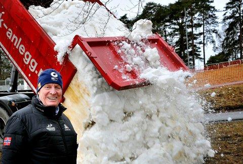 FØRSTE SNØEN: Mandag formiddag ble den første snøen kjørt til Kulåsparken. Det er Lasse Holmen særdeles fornøyd med.