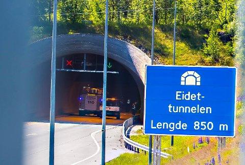 Seks biler kolliderte mandag ettermiddag i tunnelen på Eidet. Tolv personer er fraktet til sykehus for sjekk.