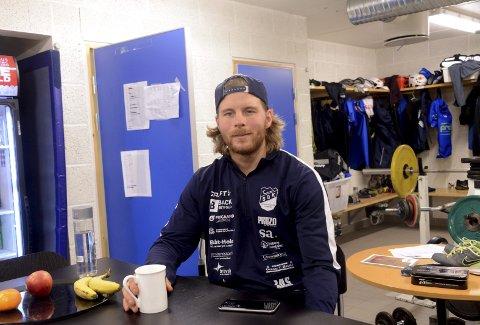 RYKKE OPP: Anders Olsson og hans medspillere i Sarpsborg Bandyklubb, trenger ett poeng for å rykke opp mot FRigg på tirsdag.  Foto: Ole-Morten Rosted