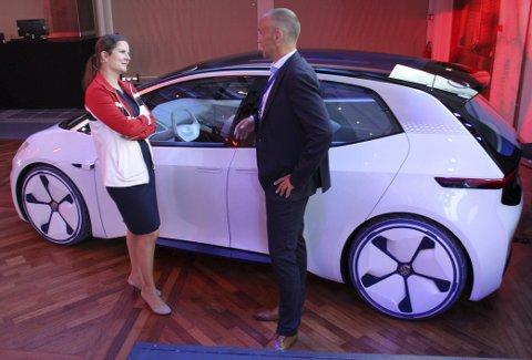 I.D: Silke Bagschik fra Volkswagen i samtale med den norske Volkswagen-direktøren Harald Edvardsen-Eibak da en konseptversjon av I.D. var besøk i Norge i sommer. Den tyske bilprodusenten har jobbet tett med den norske avdelingen i utviklingen av deres kommende elbiler.
