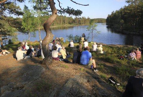 SOLGT: Det idylliske vannet Langgard ligger midt i eiendommen som nå får ny eier i Fjella. Bildet er tatt under en friluftsgudstjeneste.FOTO: Svein Syversen