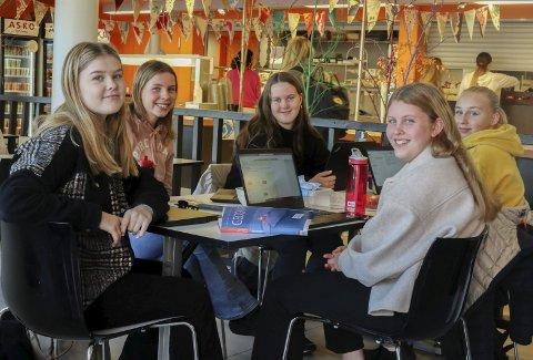 KREATIVITET: Fra venstre: Lone Gundersen, Thea Carlsen, Elida Minge, Borghild Østby og Thea Ringstad. De ønsker mer kreative fagdager.