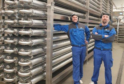 Jonathan Fjällman og Tony Dalberg avbildet i produksjonshallen på Bioco, der den kjemiske prosessen foregår.