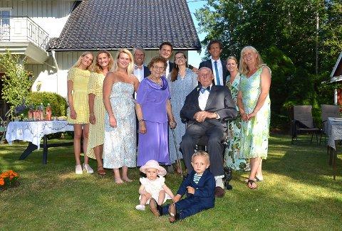 FIRE GENERASJONER: Oldebarna Helena og Harald (foran) feiret 70 års bryllupsdag for oldeforeldrene Ranveig og Oddvar Ruud foran, sammen med to generasjoner i mellom til grillpartyfeiring på gården i Trømborg. – Vi er veldig stolte over foreldrene våre, sier jernbryllupsparets døtre, Randi Mathisen (nr. 2 f.v.) og Kari Ruud (t.h.).