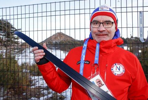 FINSLEPEN TEKNIKK: Terje er ekspert på å slipa mønster under skia som gjev maksimal gli. Johannes Thingnes Bø er melllom dei som har sagt at skia var avgjerande for om det vart gull eller sølv. (Foto: Terje Pedersen/Scanpix)