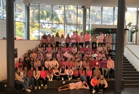 ROSA MÅNAD: Oktober er månaden der Kreftforeininga fokuserer på å opplysa om brystkreft, noko som vert markert med rosa sløyfer. Russen markerte dette ved å kle seg i rosa.