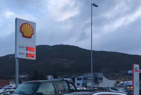 BILLEG: Måndag 6. april og tysdag morgon 7. april var prisen på bensin og diesel lågare enn på lenge i Sogn. Her frå Shell på Kaupanger.