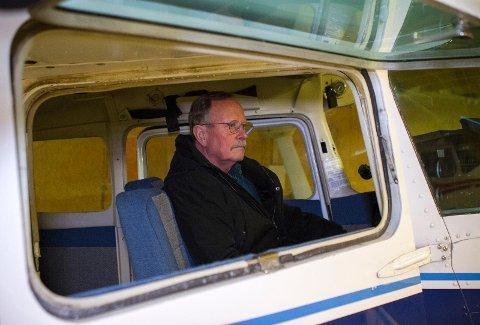 Stein Magne Lian avbildet i et småfly i hangaren til Sola Flyklubb kort tid før jul 2017. I 2004 stirret han døden i hvitøyet som flykaptein på Kato Airs rute 605.