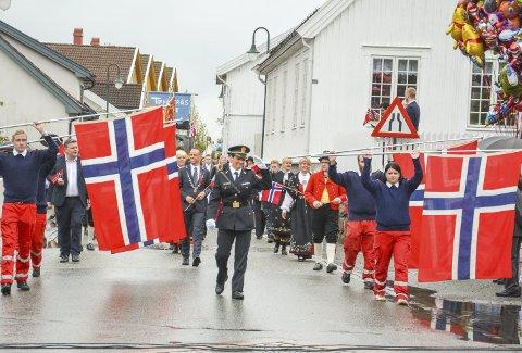 FLAGGBORGEN: Lensmann i Svelvik Astri Johanne Holm paraderte i fronten av toget, med Svelvik Røde Kors som flaggbærere.