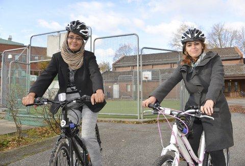 SYKKELGLEDE: Agsam Ali og Sarah Hedi har nylig lært seg å sykle på det populære kurset for innvandrerkvinner. – Et kjempebra tilbud, sier de to unge kvinnene.