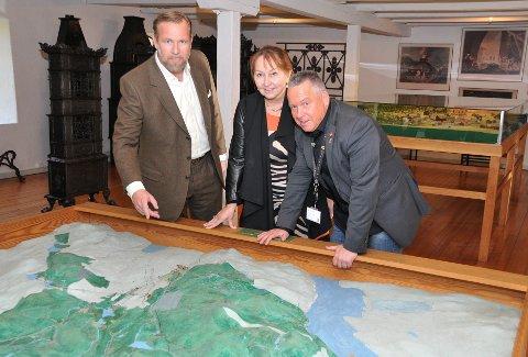 KAN JUBLE: Både Leopold Løvenskiold, Gunn Marit Helgesen og Knut Morten Johansen kan juble etter at regjeringen nå fjerner et hinder for å få etablert et datalagringssenter i Skien. Dette ved å fjerne eiendomsskatt for produksjonsutstyr og installasjoner.