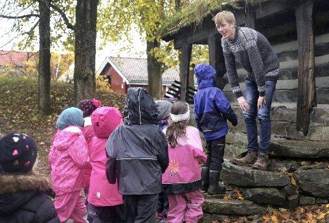 Folketro: Andreklasse på Stigeråsen skole lærer om folketro i Brekkeparken. Foto: Hanna Hekkelstrand