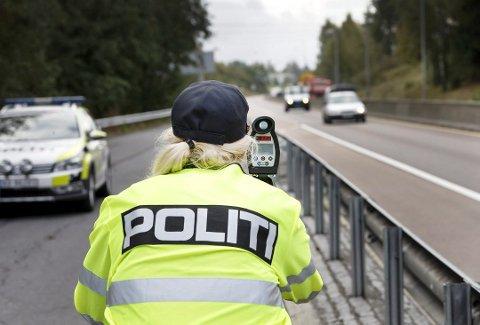 KONTROLL: Kun seks sjåfører fikk advarsel fra politiet under kontrollene ved flere av fylkets skoler, torsdag. – Det er veldig positivt, forteller operasjonsleder Trond-Egil Groth.
