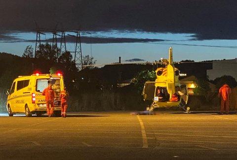 TIL SYKEHUS: En person ble tatt med til sykehus etter knivstikkingen i Kragerø fredag kveld. Gjerningspersonen er ikke pågrepet. Foto: Theo Aasland Valen