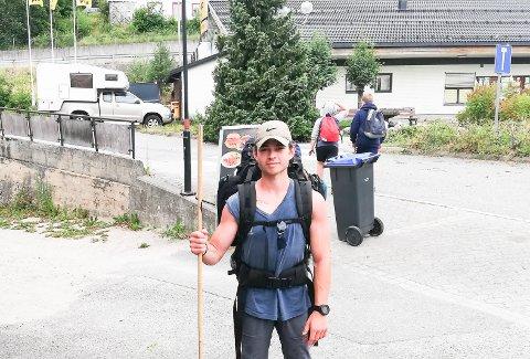 På god vei: Her er Robin i Drangedal, og har gått 10 av 30 mil, motivert til resten av ruta.