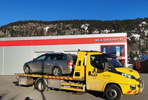 FREDAG: Kasin Bilverksted og Bilberging hadde flere oppdrag på fredag, og her er det en bil og eier som blir kjørt helt fram til døren, hvor de fikk ytterligere hjelp til å komme seg på hjul igjen.