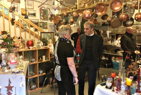 Ellen Ertvåg snakker med Jonas Gahr Støre inne i bruktbutikken hos Unika.